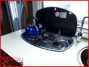 Eura Mobil Terrestra 690HB - Blick in die Küche mit 3-Flamm-Kocher und hohem Wasserhahn